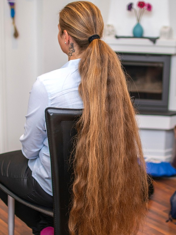 PHOTO SET - Siri's massive ponytail photoshoot