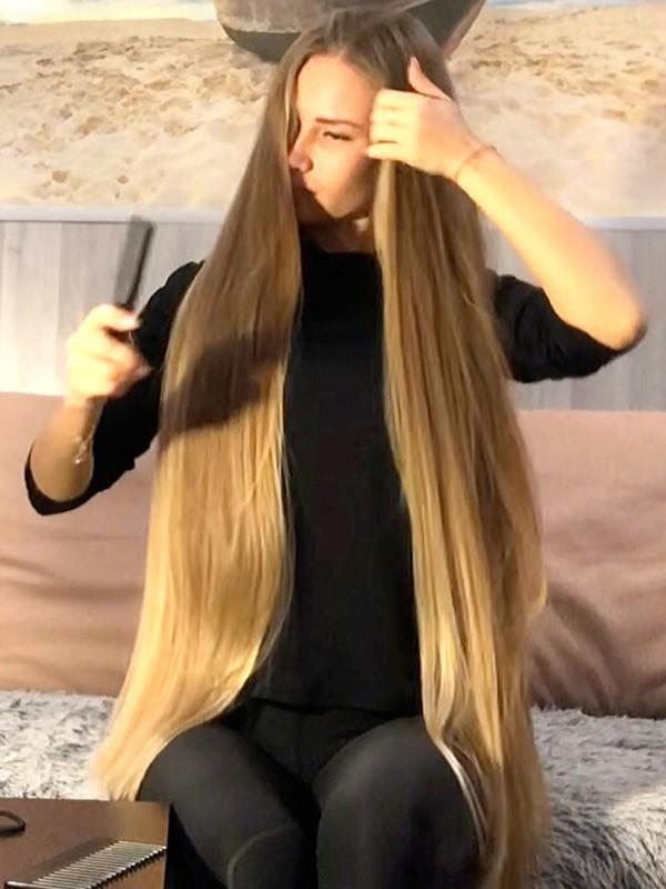 VIDEO - Blonde beauty