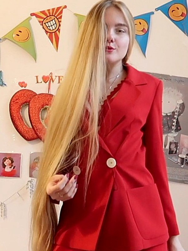 VIDEO - Lady in red