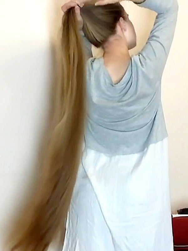 VIDEO - Long hair play by the sofa