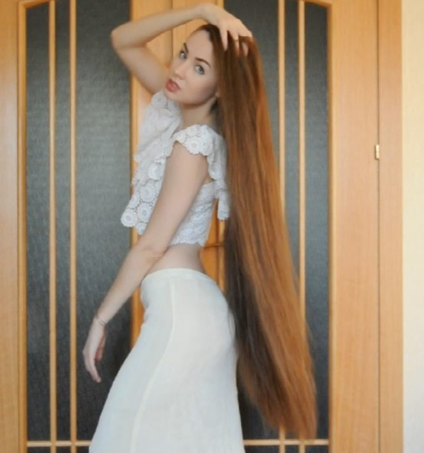 VIDEO - Thigh length hair and a white outfit