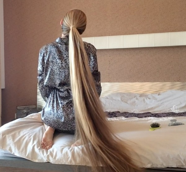 VIDEO - Kateryna´s knee length hair play in bed ...
