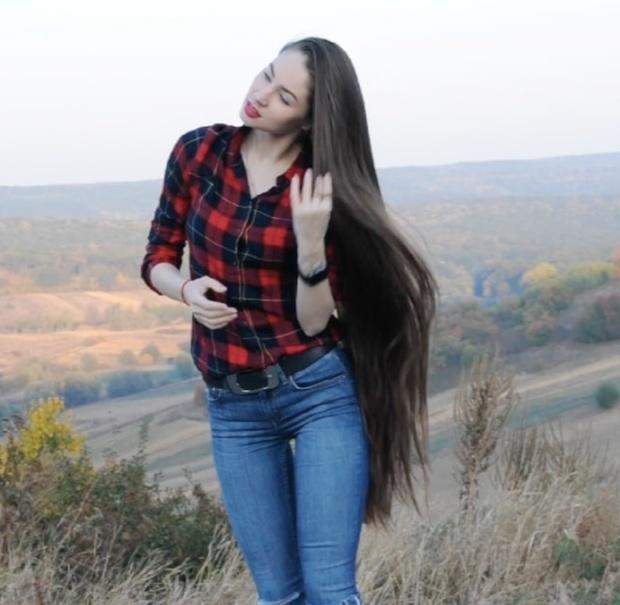 VIDEO - Thigh length hair show outside