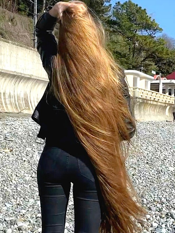 VIDEO - Heavy hair by the water