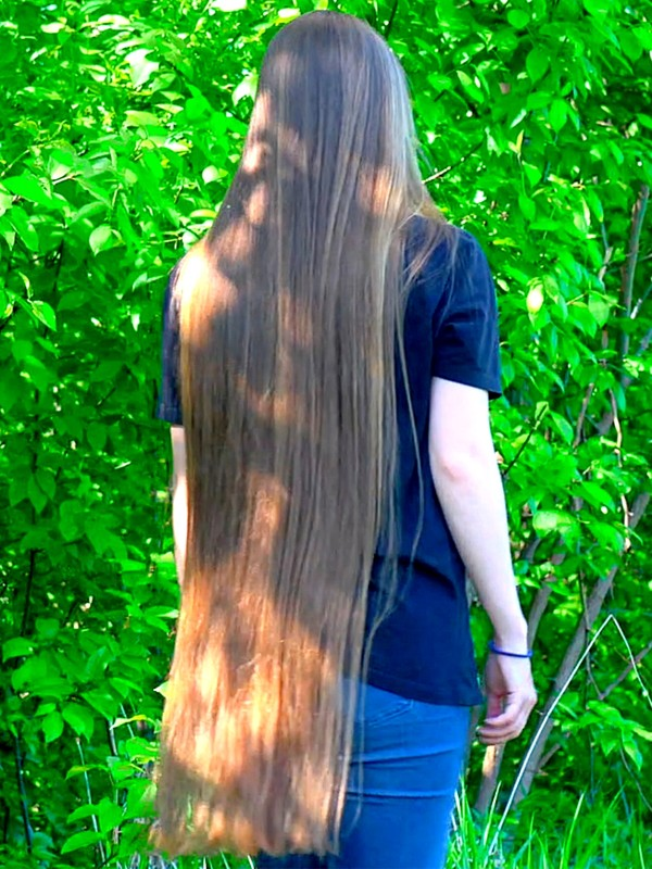 VIDEO - Long hair display in perfect nature