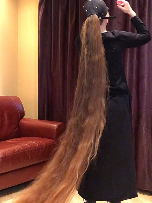 VIDEO - Woman with extremely long hair under a cap