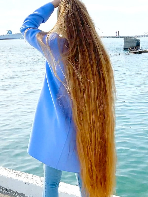 VIDEO - Ultra long, heavy blonde hair