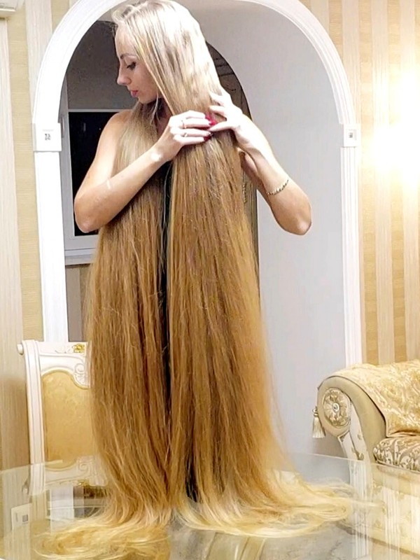 VIDEO - Extremely long hair on the table