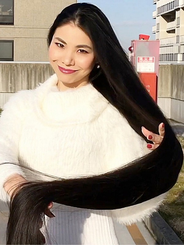 VIDEO - Real life Rapunzel's extreme hair show outdoor