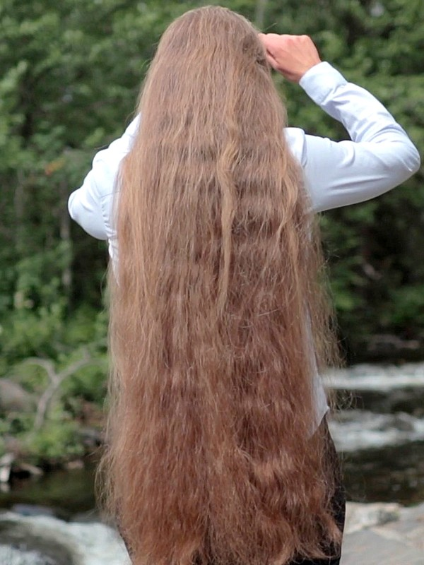 VIDEO - Siri's hair brushing by the river
