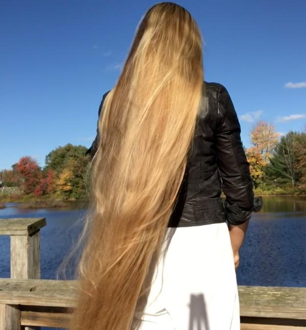 VIDEO - Blonde hair, black jacket