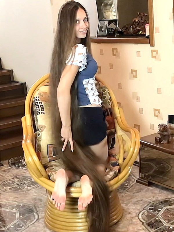 VIDEO - Rapunzel's chair in front of the mirror