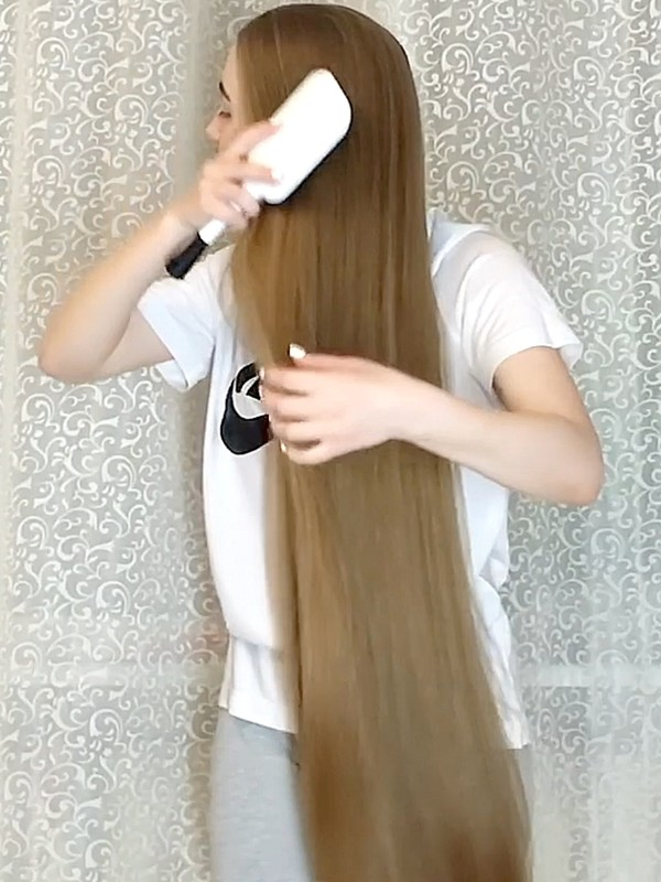 VIDEO - Long blonde hair by the curtains