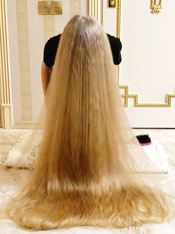 VIDEO - Extreme hair length floor show