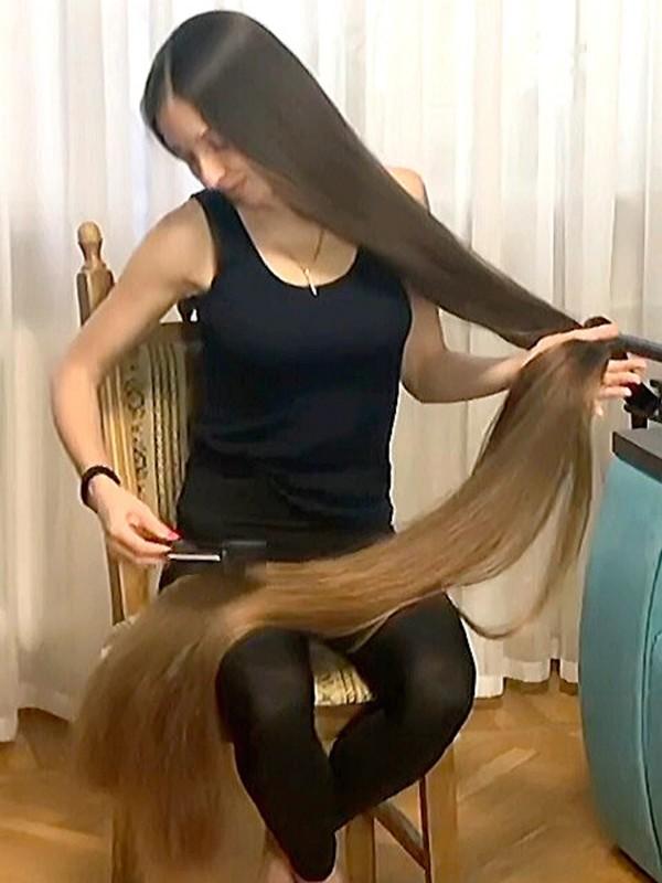 VIDEO - Extreme floor length hair brushing