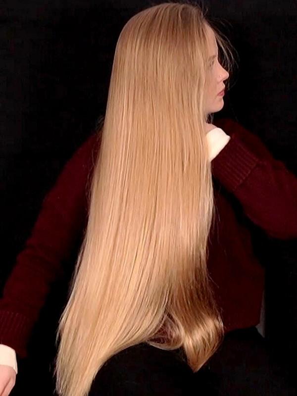 VIDEO - Nora brushing her long blonde hair