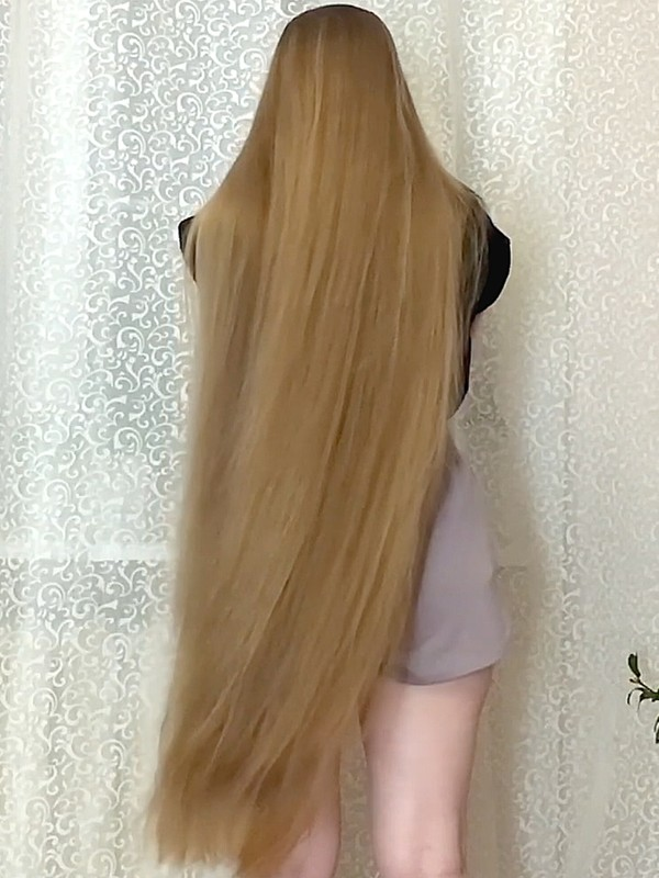 VIDEO - A thick, wonderful, massive blonde mane