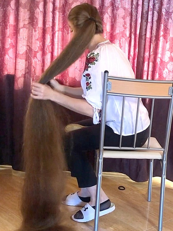VIDEO - Extreme floor length hair in chair