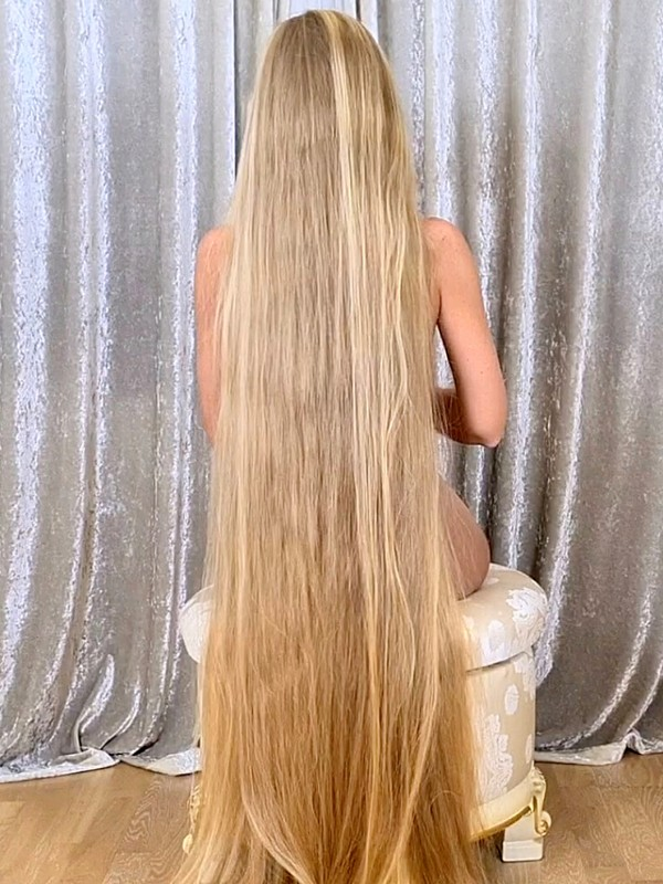 VIDEO - Extreme long blonde hair show