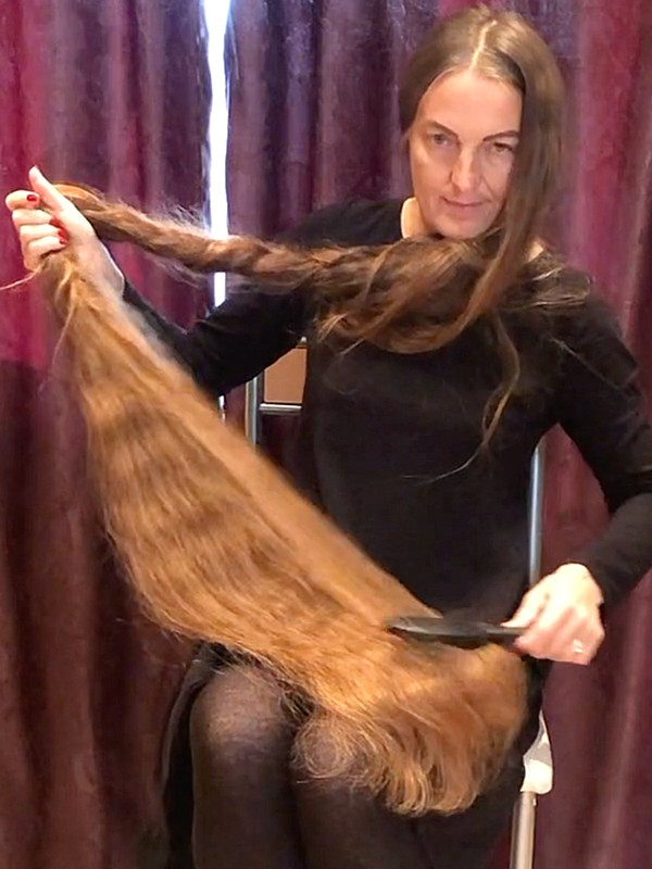 VIDEO - This woman has unbelievable hair!