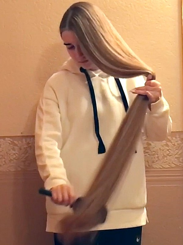 VIDEO - Blonde Anastasia in the hall
