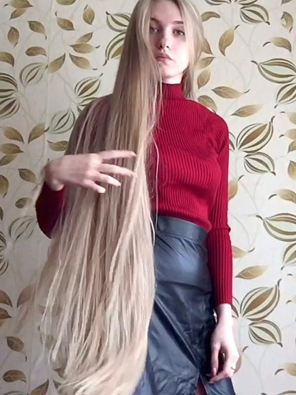 VIDEO - Christina's very long blonde silk
