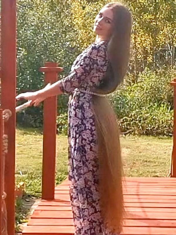VIDEO - Very long blonde hair display during summer