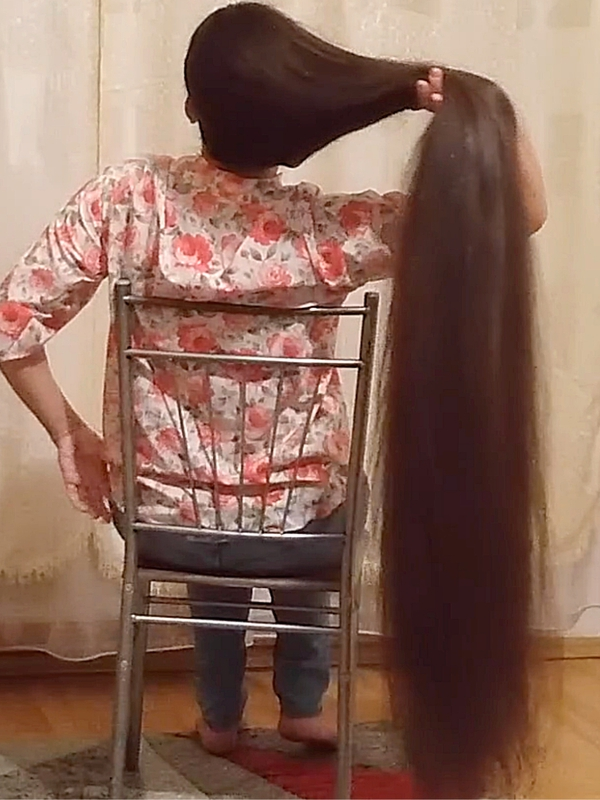 VIDEO - Ioana's very long hair and the chair