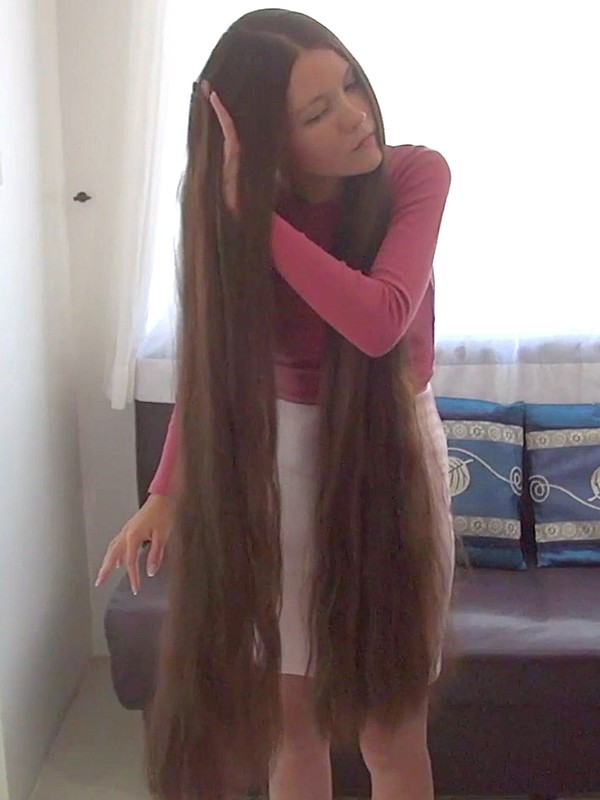 VIDEO - Young beauty with incredible hair