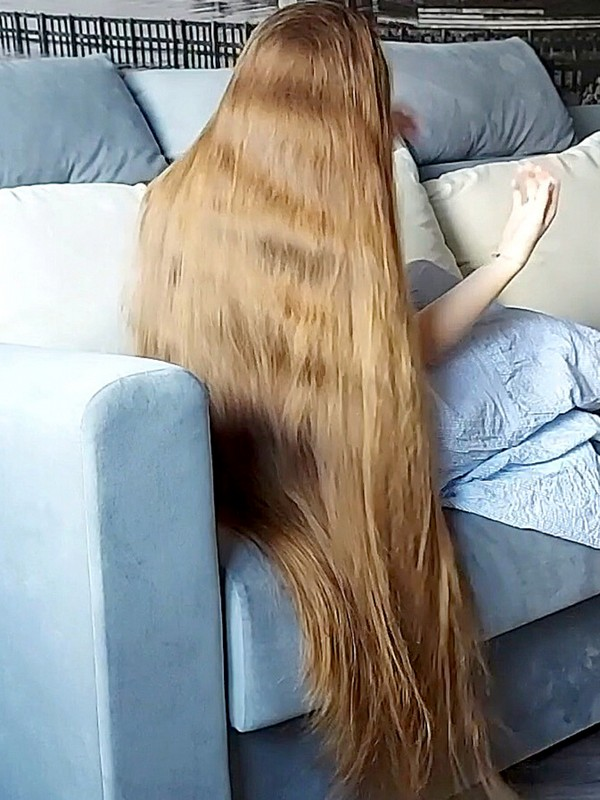 VIDEO - Perfect long hair play in sofa