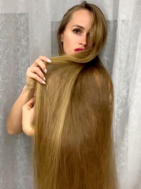 VIDEO - Julia's hair play perfection