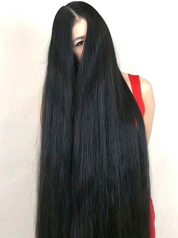 VIDEO - Long hair brushing in front of her face