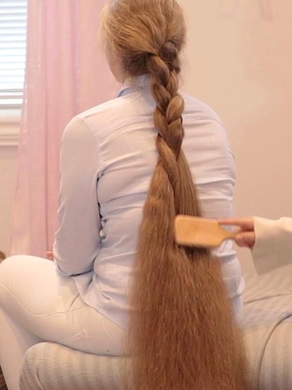 VIDEO - Karoline braids Siri's hair