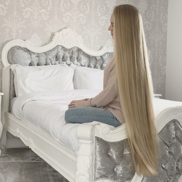 VIDEO - Knee length hair play in bed