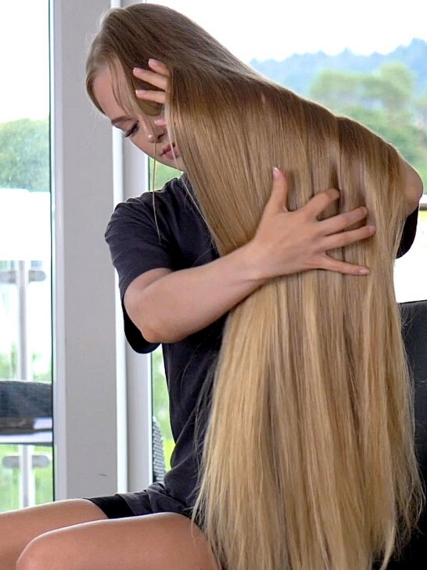 VIDEO - Victoria's long hair oiling