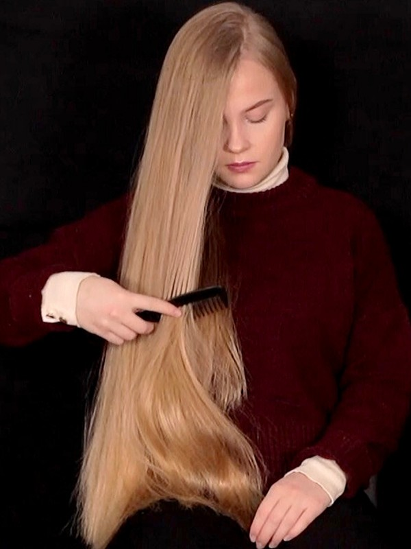 VIDEO - Nora combing her long blonde hair