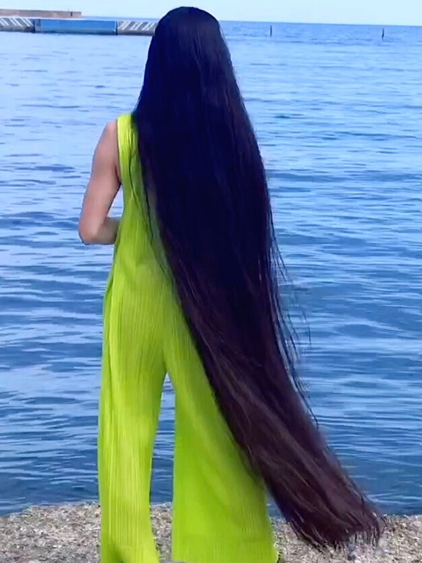 VIDEO - The long hair stroll by the water