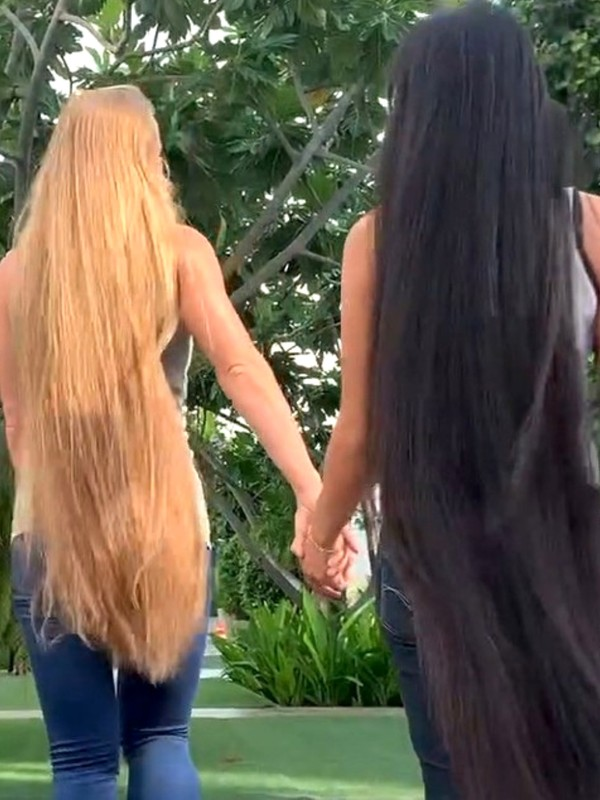 VIDEO - Julia and her friend by the pool