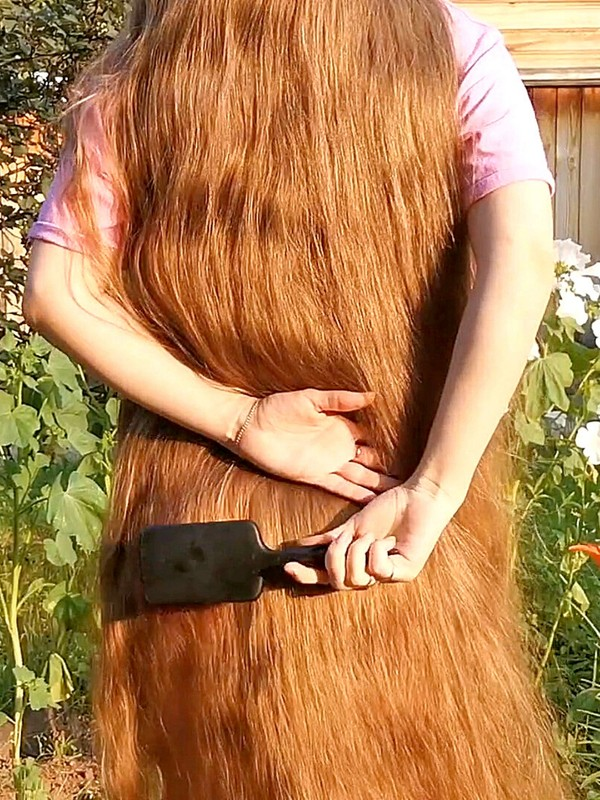 VIDEO - Tons of shampoo for very long blonde hair