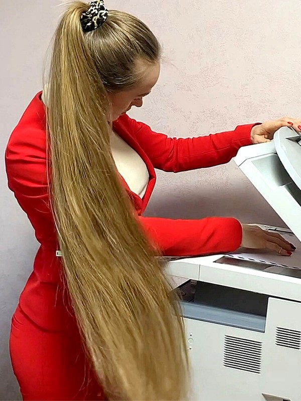 VIDEO - Business Rapunzel in red