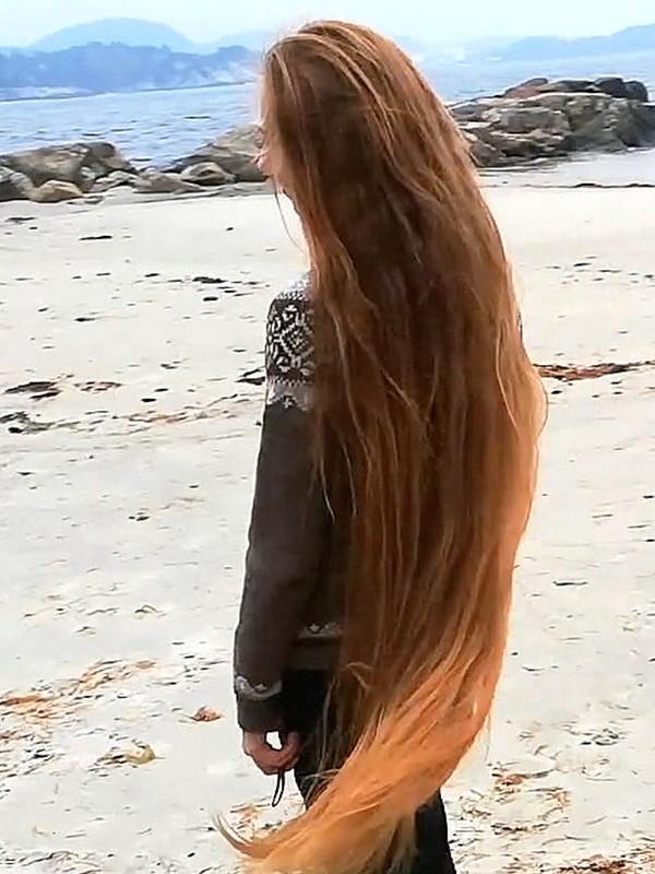 VIDEO - Windy Norwegian hair play