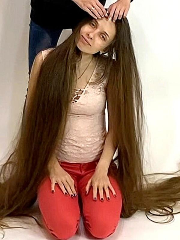 VIDEO - Rapunzel sitting on the floor