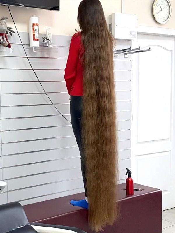VIDEO - Trimming floor length hair