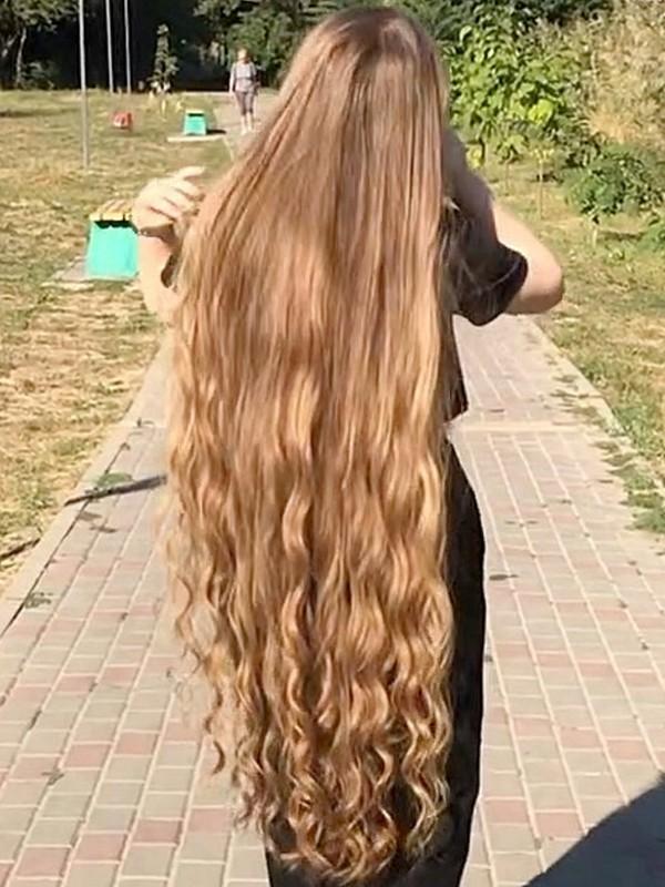VIDEO - Super long blonde curls
