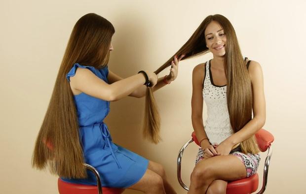 VIDEO - Suzana & Helena brushing each others hair 2