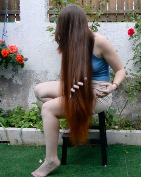 VIDEO - Silky thigh length hair play