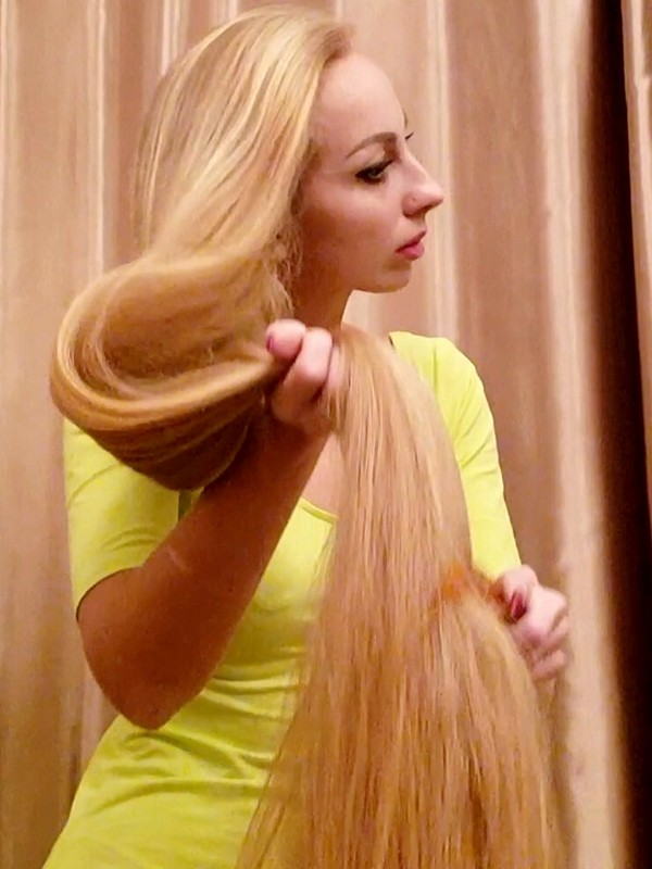 VIDEO - Insanely long blonde hair