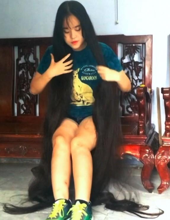 VIDEO - Floor length hair daily tasks