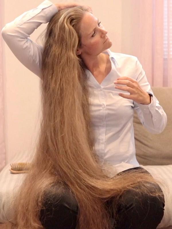 VIDEO - Siri's freestyle hair play