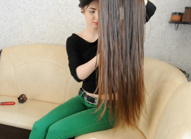 VIDEO - Thigh length hair play and oiling